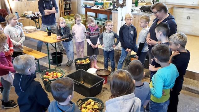 Apfelernte und Verarbeitung im RUZ Okt2018 Klassen 2a2bHP10