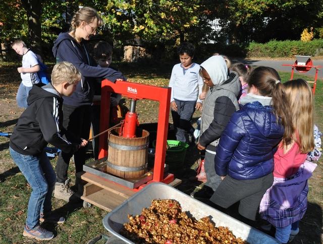 Apfelernte und Verarbeitung im RUZ Okt2018 Klassen 2a2bHP44